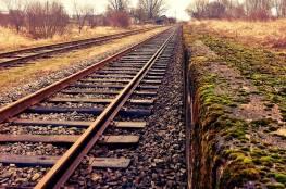فيديو:  بقيت على قيد الحياة بعد أن مشى القطار من فوقها