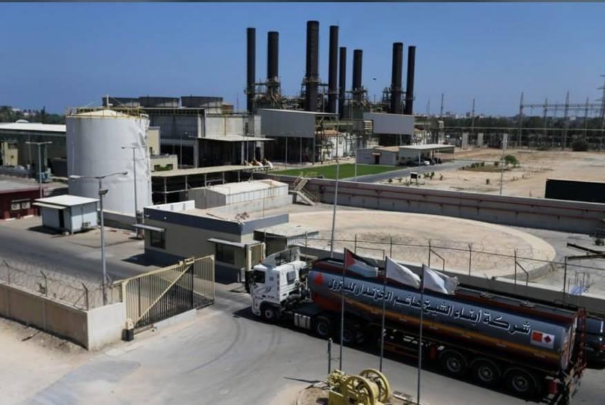 شاحنة وقود تصل محطة طاقة في غزة يوم الثلاثاء
