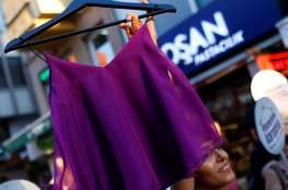 """نساء في إسطنبول يعترضن بطريقتهن الخاصة.......""""لا تعبثوا بملابسي"""""""