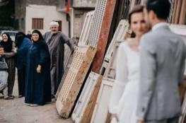 عريس يثير جدلا بجلسة تصوير مع عروسه في شوارع القاهرة