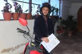 دكتور اردني يوزع طلبات الأغذية على دراجته