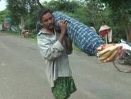 لأنّه لا يستطيع تحمّل كلفة سيّارة نقل الموتى,,مشى 15 كلم لدفن ابنته