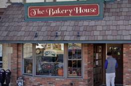 مخبز يعتذر للشرطة لتقديم صورة ساخرة لشعارها على كعكة