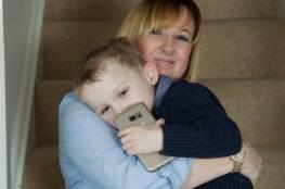 طفل في الرابعة من عمره ينقذ والدته بشجاعة