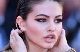 ثيلان بلوندو..الفتاة الأجمل في العالم بفستانٍ جريءٍ في أسبوع الموضة بباريس