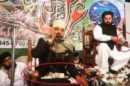 باكستانيون يمطرون قارئا للقرآن بالأموال!