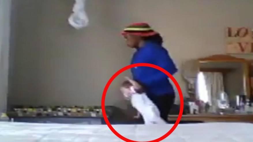 فيديو قاس- مربية تعنف رضيعة بطريقة وحشية... والأم تعجز عن الأكل والنوم بعد مشاهدة عذاب طفلتها