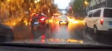 فيديو: صاعقة المطر الناري تضرب منطقة في الصين