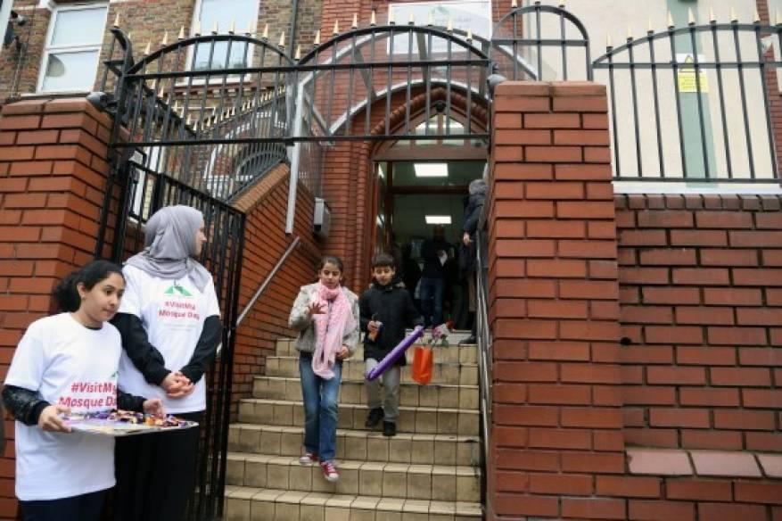 بالصور- المسلمون يواجهون حملات الكراهية.. مساجد بريطانيا تفتح أبوابها للجميع (1)
