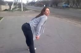 بالفيديو: قتلى وجرحى بسبب رقصة مثيرة لفتاة روسية على رصيف الشارع