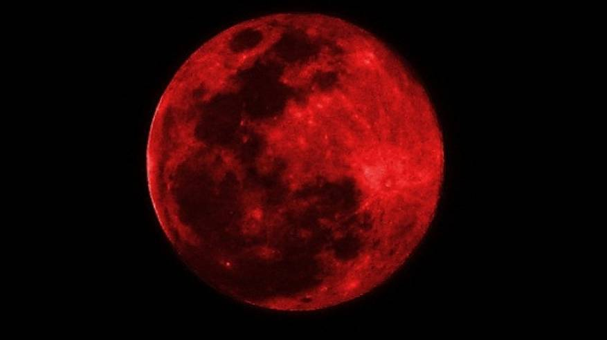 """العالم يترقب  ظاهرة """"القمر الدموي الأحمر"""""""