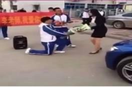 فماذا كانت ردة فعلها؟....طالب صيني يخطب معلمته...فيديو