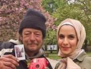 شاهد أرادت التقاط صورة في بلد أجنبي.. لكن ما قاله لها هذا المشرد غير حياتها