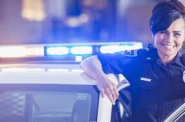 لأن الطفل لم يتوقف عن البكاء.. شرطية ترضع ابن متهمة تخضع للمحاكمة!