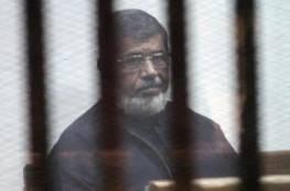 مرسي: انقلوني إلى المستشفى حالتي حرجة وتتدهور يوماً بعد يوم.. كيف رد عليه قاضي المحكمة؟!