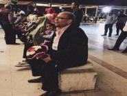 صورة| رومانسية رجل مع زوجته في المطار تُشعل الإنترنت!