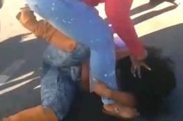 فيديو:شجار بين سيدتين ..لن تصدق كيف انتهى!