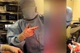 """من غرفة العمليات.. صور """"بشعة"""" لأطباء يلهون بأعضاء"""