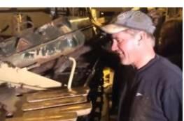 بالفيديو.. لحظة استخراج تاجر الخردة البريطاني الكنز من الدبابة العراقية