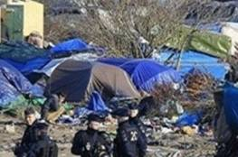 عنصريون ومعادون للأجانب يهاجمون مخيم لاجئين سوريين
