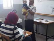 صورة تشعل مواقع التواصل الاجتماعي لمحاضر يحمل طفلة لطالبة أثناء امتحانها