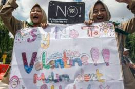 مظاهرات ومداهمة متاجر بيع الواقي الذكري في إندونيسيا.....بسبب عيد الحب