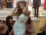 فيديو: عروس تونسية وصديقاتها يفاجئن الحضور برقصة رائعة في حفل زفافها