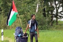 سيراً على الأقدام.. متضامن سويدي يصل التشيك في طريقه إلى فلسطين