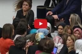 شجار عنيف تحت قبة البرلمان .... شاهد كيف حولت نائبات تركيات البرلمان لحلبة مصارعة؟