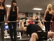 فيديو:يرفع 4 فتيات بدلا من الحديد في صالة رفع أثقال