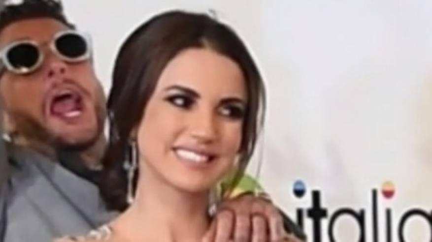 """فيديو: تحرَّش بـ""""دُرَّة"""" وحاولت إبعاده.. أحمد الفيشاوي في سقطة جديدة بمهرجان الجونة"""