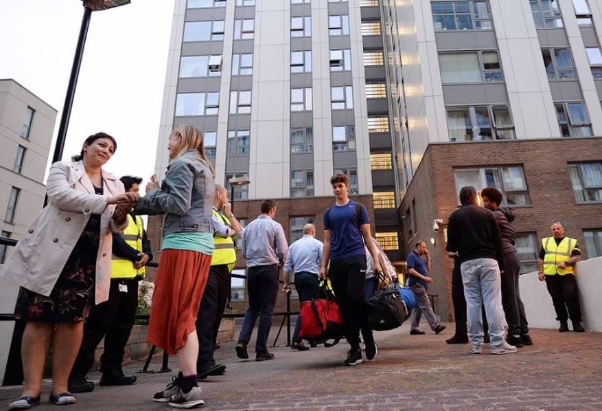 السلطات البريطانية تخلي أبراج سكنية في لندن تخوفاً من الحرائق