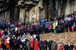 فيديو وصور:عائلة صينية تجمع شمل 500 من أعضائها لالتقاط صورة نادرة