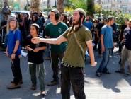 فلسطين : مستوطنون يغلقون مدخل اللبن الشرقية جنوب نابلس