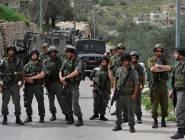 جيش الإحتلال يعتدي بالضرب على 3 فلسطينيين بينهم مسنة بالخليل