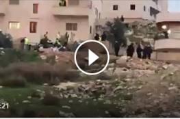 فلسطينيون يخلون منزلهم في قرية العيساوية بـ #القدس، بعد تطويق الاحتلال له بغية هدمه.
