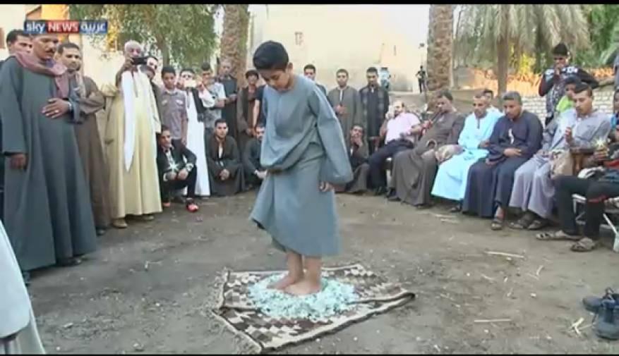 شاهد..سوبر مان الصعيد.. طفل مصري يأكل الزجاج ويتحمَّل النار على جسده ويرفع أطفالاً بأسنانه!