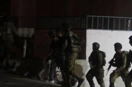 قوات الاحتلال تسرق مصاغاً ذهبياً ونقود خلال اعتقال مواطنين بدمينة الخليل