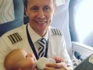 طيار يرضع أطفال إحدى المسافرات.. ويشعل مواقع التواصل!