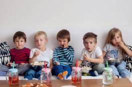 مشاهدة التلفزيون أثناء تناول الطعام تؤثر سلبا على القدرات اللغوية للأطفال