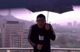 لحظة ضرب صاعقة لمراسل تلفزيون صيني