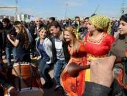 عشرات آلاف الأكراد يحتفلون بالنوروز في جنوب شرق تركيا رغم إطلاق نار