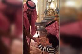 بالصورة.. من هو الطفل الذي قدم الملك سلمان له الحلوى؟