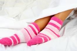 دراسة علمية : دفءٌ وجنس.... لهذا السبب.. ارتداء الجوارب أثناء النوم مهمّ!