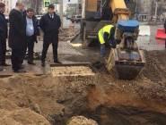 فيديو:الأرض تبتلع رجل ستيني