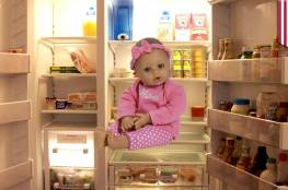 مربية تضع طفلاً في الثلاجة من أجل التسلية... وما فعلته بعد ذلك سيشعركم بالغضب