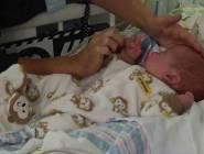 هل عليك إجبار ضيوفك على غسل يديهم قبل لمس مولودك الجديد؟