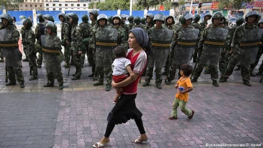 أنت مسلم وتستخدم واتساب، لذا نشكّ في أمرك.. هذه آخر تقنيات تجسُّس الصين على الإيغور!