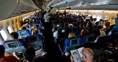 مضيفة طيران تُسجل حماقات المسافرين وتنشرها على الإنترنت.. شاهد الصور الغريبة فقد تؤيد قرارها بفضحهم