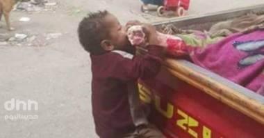 ما هي قصة الطفل صاحب الصورة الشهيرة مع سيارة اللحمة؟!